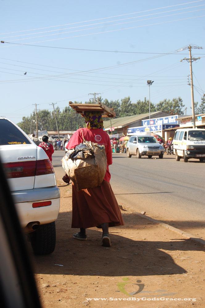 Women-carrying-objects-on-head-(1)