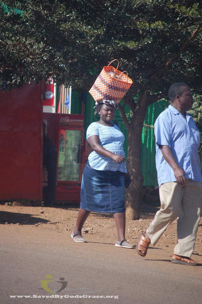 Women-carrying-objects-on-head-(2)