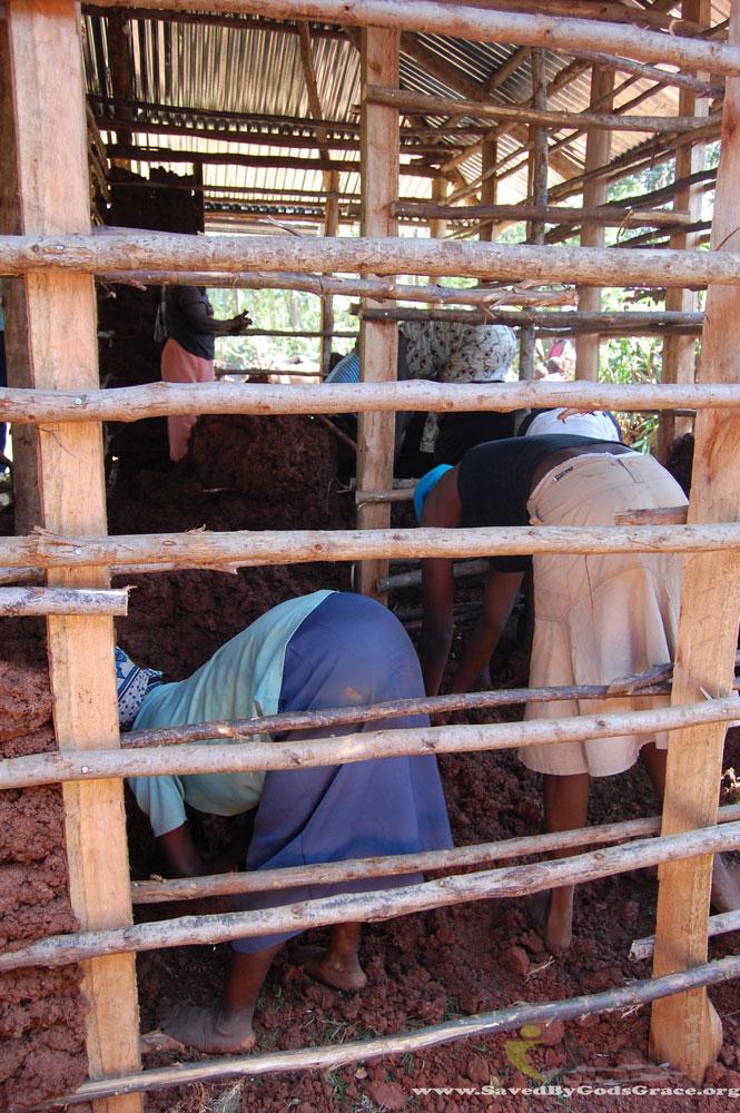 women-putting-mud-in-walls